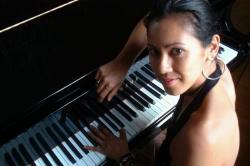 Miss Debbie (piano en zang)